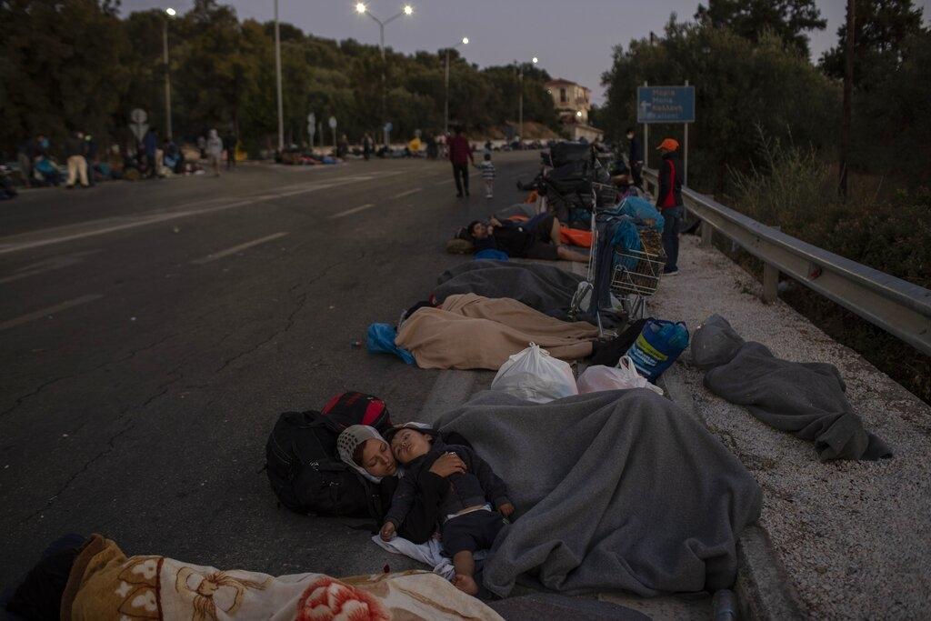 Migranti dormono per terra (Petros Giannakouris/AP)