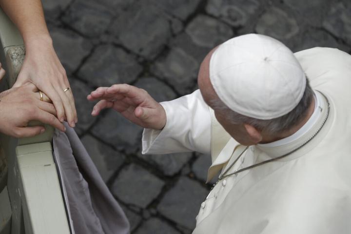 Papa, svolta su unioni gay con giallo su traduzione