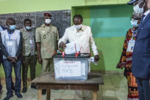 L'uscente presidente di Guinea Alpha Condé vota nelle elezioni a Conakry, 18 ottobre (AP Photo/Sadak Souici)