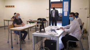 Covid, lezioni sospese per le vaccinazioni dei professori