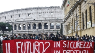 Scuola, la protesta degli studenti nelle strade
