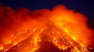 L'Etna dà spettacolo. Il geologo Cassaniti: i residenti si informino sui piani di sicurezza