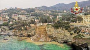 Camogli, parte del cimitero crolla in mare: recupero delle bare in corso