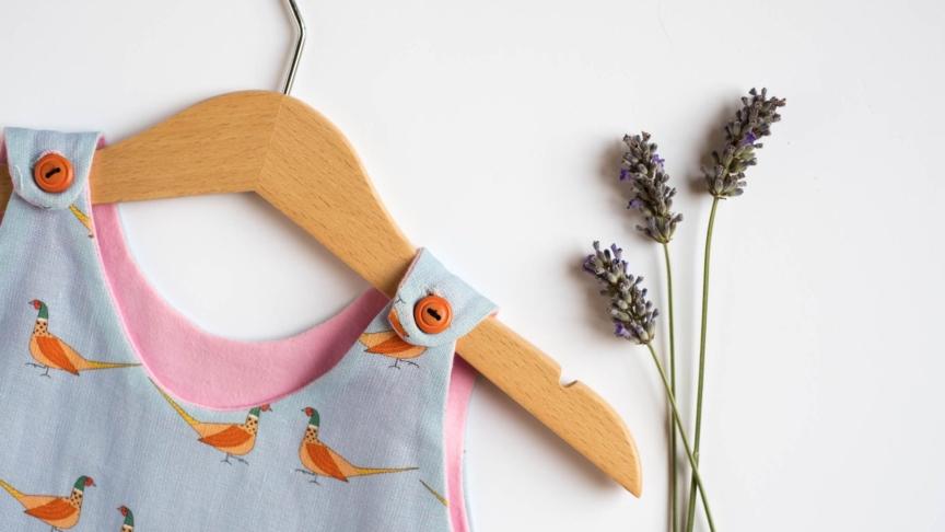 L'abito sospeso di Flo Concept, per aiutare giovani madri