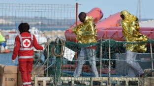 Incendio e migranti in fuga a Pozzallo