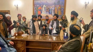 Afghanistan, i talebani riprendono Kabul. Civili in fuga