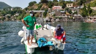 Spazzamare al lavoro fra Ischia e Procida