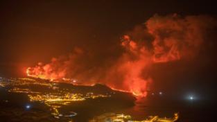La lava del vulcano è arrivata al mare